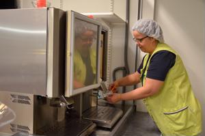 Kevytmaitoa pian tarjolla. Ravitsemistyöntekijä Paula Leppälä täyttää maitoautomaattia koulukeskuksen keittiössä. Leppälän mukaan koululaiset ovat kaivanneet jo kovasti kevytmaitoa vaihtoehdoksi ruokailun yhteyteen.