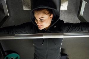 Julianna Löllö viihtyy Uikon salilla viitenä päivänä viikossa. Hän kokee, että voimanosto on hänelle oma juttu, josta hän nauttii täysin siemauksin.