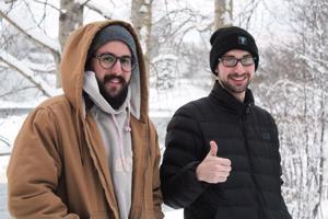 Sään kanssa pärjää, kun laittaa vaatetta tarpeeksi päälle. Kylmä viima kuivattaa ihoa, sanoo Alerto Carillo Casado (vas). Oikealla Toni Duran.
