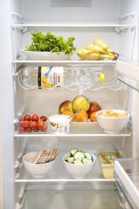 Hedelmät, vihannekset ja terveelliset välipalat voi sijoittaa jääkaappiin etualalle ja ylähyllyille, mieluiten valmiiksi annospaloiksi pilkottuna. Näin niitä tulee napsittua helpommin.