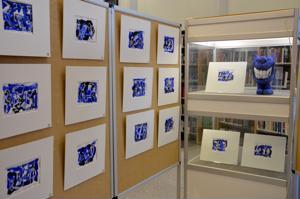 Tonttujuttuja. Kannuksen kirjastossa on tammikuussa näytteillä Helena Kankaansyrjän maalauksia. Sininen väri on Kankaansyrjälle intohimo.