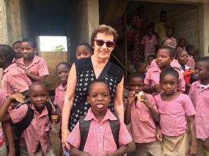Helena Hentunen ja muut ryhmän jäsenet lahjoittivat koulutarvikkeita tähän kouluun.