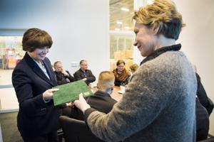 Päivi Karikumpu (oik.) luovutti Nivalan kaupungin johdon allekirjoittaman muistion Anne Bernerille vierailun lopuksi.
