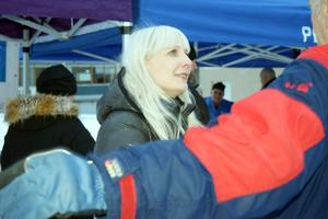Laura Huhtasaari tapasi kannattajiaan Pietarsaaren torilla sunnnuntaina.