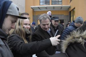 Selfie oli suosittu muisto presidenttiehdokas Sauli Niinistön vierailusta Pietarsaaressa.