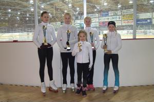 Jeppis Skating ylsi palkintosijoille viikonvaihteen kilpailussa. Kuvassa: Mira Nyberg, Vilma Rintala, Julia Lundqvist, Frida Brännbacka sekä edessä erityismaininnan saanut Ellen Kronqvist-Storholm.