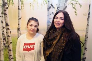Minna Alakuusisto ja Fanni Pöntiö seuraavat sisustustrendejä aktiivisesti ja tietävät, että esimerkiksi luontoa jäljittelevät tapetit ovat tänä vuonna muodissa.