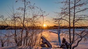 Lumi kimmeltää Pitkäjärvellä.