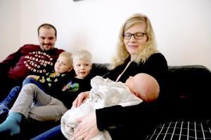 Juho ja Sointu Kellokosken kuopus on tyytyväinen vauva. Isoveljet Peetu ja Liinus ovat olleet innokkaita hoitajia.