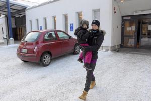 Martina Rönnback kävi Tindra-tyttärensä kanssa lääkärillä, koska tyttärellä on ollut korkea kuume.