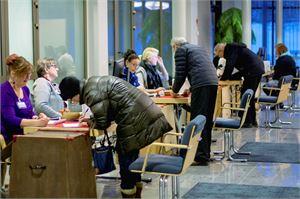 Kokkolan kaupungintalolla oli maanantaina jopa hieman ruuhkaa ennakkoäänestyksen alkaessa.