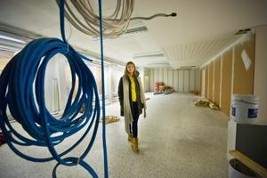 Laura Pihlajaniemi uskoo, että uuden hyvinvointikeskuksen tilat valmistuvat maaliskuun puoliväliin mennessä.