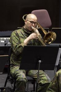 Soittaja, aliupseeri Antti Näpänkangas kertoo, että sotilassoittokunnassa ammattimuusikon on säilytettävä kenttäkelpoisuus eli osoitettava kerran vuodessa myös ammunta-, suunnistus- ja marssitaitonsa.
