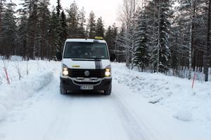 Mahtuisitko ohittamaan? Taksiyrittäjä Tuomo Korpiniemi ajaa päivittäin Museotietä. Tie aurataan noin 20-30 cm tienviitan juuresta tielle päin, määrittelee kunnossapitäjä.
