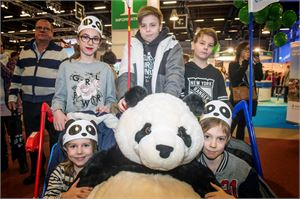 Ylöjärvellä asuvat Reinvallin perheen sisarukset 8-vuotias Wiivi (edessä vas.), 10-vuotias Santeri, 15-vuotias Sofia (ylhäällä vas.), 13-vuotias Petteri ja 11-vuotias Waltteri aikovat matkustaa seuraavaksi vanhempiensa kanssa Ähtäriin pandoja ihastelemaan.