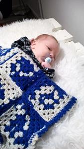 Rahkoloiden poikavauva odottelee vielä nimeään, mutta viltti hänellä jo on.