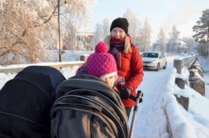 Ahdasta on. Kannuslainen Susanna Mäki-Petäjä kulkee Meijerin-siltaa pitkin päivittäin. Tuplaleveissä vaunuissa kyytiä saavat 3-vuotias Meriel ja puolivuotias Mila.