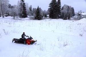 Mikäli mielii pellolla ajella moottorikelkalla, on siihen oltava lupa. Kuvan pellolla ajeluun Perhonjokilaakson moottorikelkkailijoiden puheenjohtajalla Janne Hietalahdella on lupa.