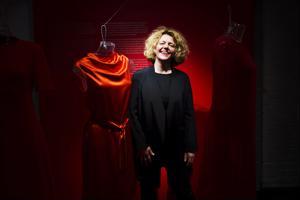 Punaista tyyliä. Vaatesuunnittelija Anna Ruohonen on luonut myös kokonaan Suomessa tehtävän malliston.