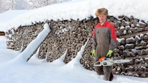 Pihapiirissä olevalla puupinolla on pituutta viitisentoista metriä ja korkeutta pari metriä. -Nämä puut tein muutama vuosi sitten, Eino Ahlholm kertoo.