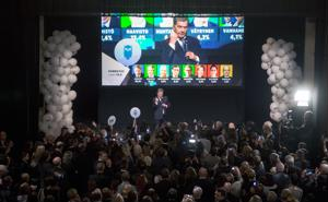 Tasavallan presidentti Sauli Niinistön ensimmäinen kausi on ollut kiireinen ja värikäs. Toinen kausi käynnistyy torstaina. Kuva on vaali-illalta, kun Niinistö puhui kannattajilleen.