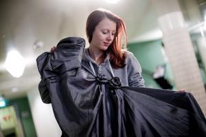 Amanda Laurila päätti osallistua vanhojenpäivään pienellä budjetilla. Käytettynä ostettu puku maksoi 25 euroa ja asusteet ovat omasta takaa.