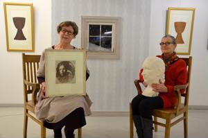 Vuoropuhelua. Galleria Justuksessa on helmikuun ajan esillä Sinella Saaren (vasemmalla) ja Kaisa Järvisen yhteisnäyttely. Taustalla Saaren installaatio Muisto.