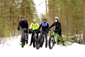 Tapani Harju, Jyrki Pakkala, Toni Järvenpää ja Kasperi Järvenpää ajavat maastossa pyörillä ympäri vuoden. Nastarenkaat ovat tarpeelliset talvisaikaan.