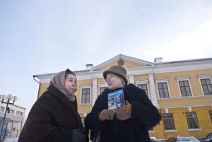 Anette Kanteh (vas.) ja Kristiina Teerikangas vetävät sunnuntaina opastetun kierroksen, jossa kerrotaan vuoden 1918 tapahtumista Kokkolassa.