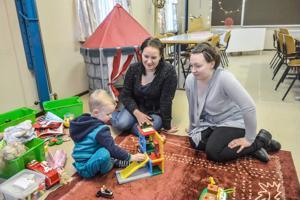 Niilo Alho saa maanantaiaamuisin leikkiä kivoilla leluilla, kun hän äitinsä Matilda Savolaisen (kesk.) kanssa saapuu Kälviän Jokikylätalolla järjestettävään perhekahvilaan. Niina Kivelä kertoo käyvänsä perhekahvilassa kolmen lapsensa kanssa miltei joka viikko.