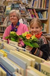 Ahkerat lukijat. Kannuksen vuoden lainaajat, Rauha Oravainen (vasemmalla) ja Milla Peltoniemi, kukitettiin tiistai-iltana Korpelan lainausasemalla.
