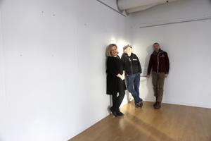 Liisa Wilska (vas.) ja Rune Snellman tutustuivat Taidekartanon huoneisiin ja ihastelivat niiden valoisuutta. Jari Eklund toimi oppaana.