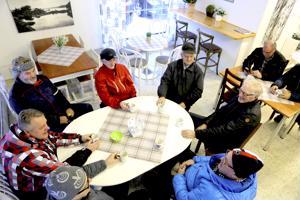 Aamupalaverissa viime perjantaina Pekka Virkkala (vas.), Markku Hautamäki, Seppo Pollari, Esko Puumala, Jaakko Kivelä, Aulis Karvonen, Timo Storbacka ja takana Kimmo Torppa ja Jaakko Lempiälä.
