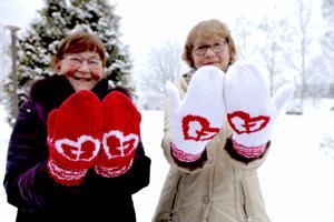 Yhteisvastuukeräystä tekevien Raili Arkkukankaan ja Aino Koskenniskan käsiä lämmittää yhteisvastuulapaset.
