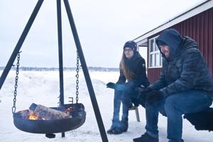 Saara-Mari Kontiokoski ja Andy Jackson kertovat, että talvikahvilassa voi lämmitellä ulkona tulen äärellä tai sisätiloissa takkatulen äärellä.