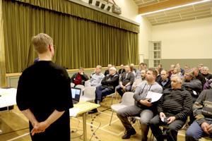 Kaavan laatija Satu Fors esitteli kaaavaluonnosta yleisölle. Tilaisuus kiinnosti asukkaiden ja mökkiläisten lisäksi myös kunnan päättäjiä.