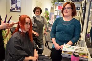 Anna hyvän kiertää. Parturi-kampaaja Päivi Hautalan (keskellä) Hiuspiste lähti mukaan sosiaaliohjaaja Anu Vallin ideoimaan hyväntekeväisyystempaukseen ystävänpäivänä. Päivän aikana ilmaisen hiustenleikkuun sai muun muassa Kirsi Lilja.