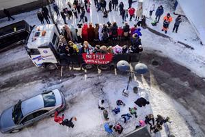 Kokkolan keskustassa Rantakadun ja Torikadun kulmaan oli kerääntynyt paljon yleisöä katsomaan penkkarikulkuetta ja keräämään abien heittämiä karkkeja.