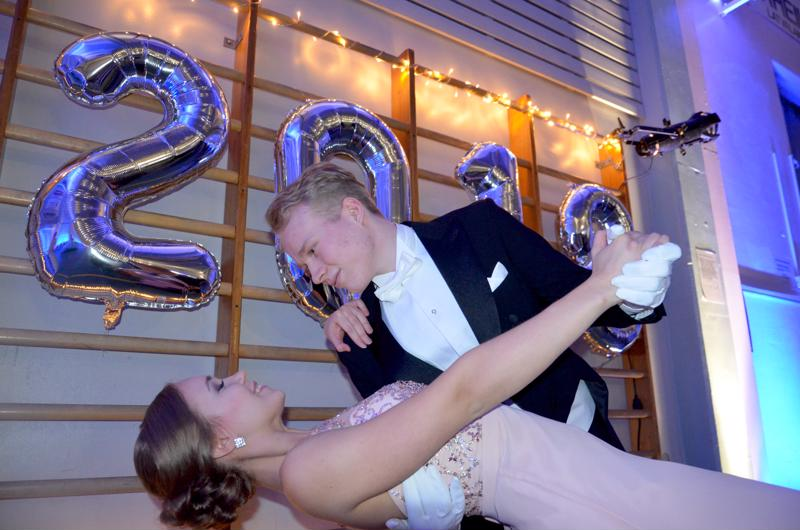 Laura Olli ja Elias Honkakoski tekemässä vanhojen tansseihin kuuluvaa syvää taivutusta.