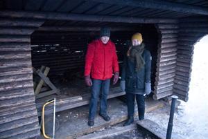 Jorma Ruotanen ja Sini Sangi sanovat, että retkeilijöiden kannattaa jatkossa ottaa omat puut mukaan tulipaikoille.