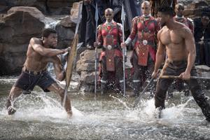 T'Challa eli Black Panther (Chadwick Boseman) kohtaa haastaja Erik Killmongerin (Michael B. Jordan) Wakandan kuninkuusritaalissa.