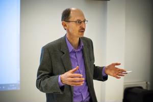 Maatilojen määrä vähenee kymmenellätuhannella vuoteen 2025 mennessä, kertoo tutkimusprofessori Jyrki Niemi.