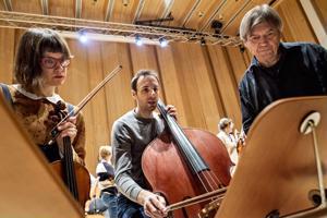 Lilli Maijala  ja Olivier Thiery syventyvät harjoituksissa Juha Kankaan kanssa Nordgrenin teokseen.