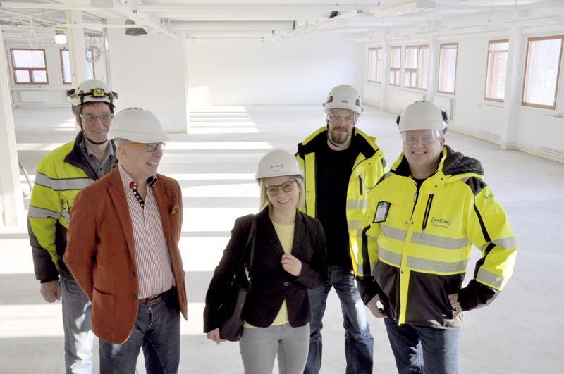 Työpäällikkö Tommy Svanbäck, rehtori Kari Ristimäki, opiskelija Monica Piri, työpäällikkö Daniel Bergdal ja toimitusjohtaja Håkan Nyman ovat tyytyväisiä tulevaan uudistukseen.