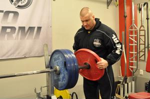 Pekka Penttilä laittoi 190 kilon raudat tangon päähän lauantaina Kaustisen urheilutalolla.