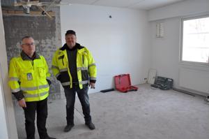 Rauno Jauhiaisen (vas.) ja Reijo Palosaaren takana on purettu kylpyhuone, jonka tilalle tehdään keittiönurkkaus. Oikealla näkyvän ikkunan vierestä puhkaistaan ovi terassille.