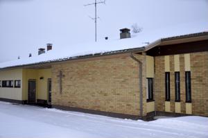 Purkutuomion saanut Lohtajan seurakuntakoti sijaitsee kirkon vieressä ja se on rakennettu vuonna 1974.