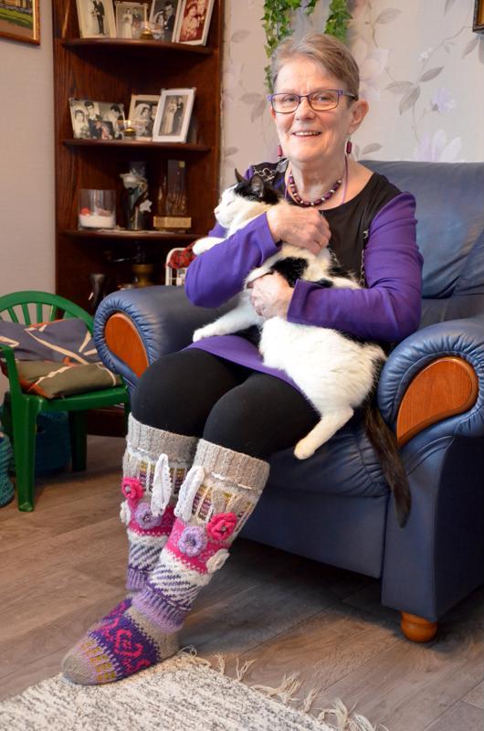 Onnea! Täplä-kissa nauttii olostaan emäntänsä, himankalaisen nimpparisankari Tuulikki Reinikaisen sylissä.