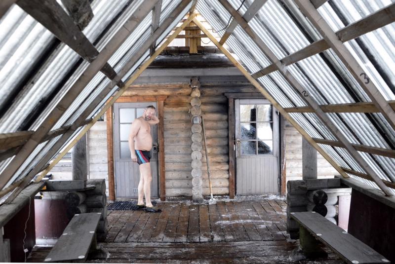 """Savusaunalta pääsee katettua laituria pitkin avantoon. Yrittäjäsisaruksista Jarmo Nahkala ehtii Linnakallion monialayrityksen töistä sekä kunnallisista- että Suomen Yrittäjien valtakunnallisista luottamustehtävistä huolimatta toimia myös """"saunamajurin"""" virassa."""
