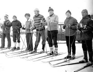 """Sunnuntaina 11.3.1979 hiihdettiin Perhossa Haanen hiihto, johon osallistui yli 160 harrastajaa. Mukana oli myös joukko laturetken perustajia. Kuvassa konkarit lähtöpaikalla. Oikealla hiihdon """"isä"""" Kaustisen entinen nimismies Aarre Orhanen, Vikke Jänkä, Väinö Onnela, Rainer Aho, Pentti Koivukoski ja Viljo Jänkä sekä Orhasen autonkuljettajana toiminut Toivo Valkonen."""